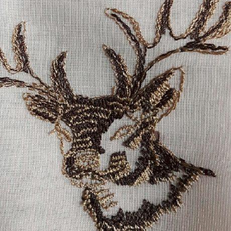 1027 Gardine bestickt *Hirsch* braun-beige