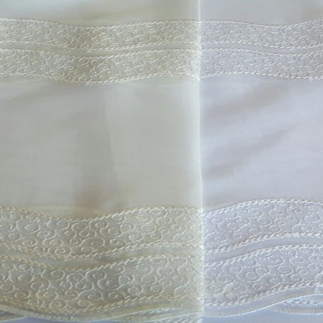 1556 Gardine bestickt weiß & natur